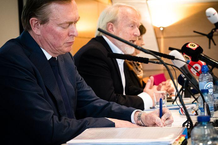 Minister Bruno Bruins (links) en RIVM-voorman Jaap van Dissel bij een persconferentie over de stand van het coronavirus. Nederlanders blijken veel vertrouwen te hebben in de aanpak van het kabinet en het RIVM.