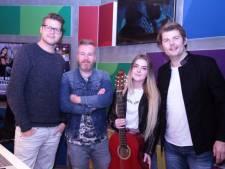 Zangeres Daniëlle uit Eemnes vlak voor kaakoperatie verrast met gitaar