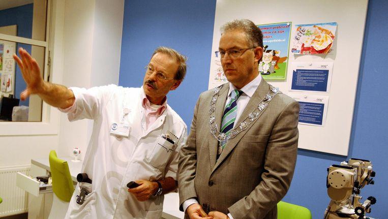 Burgemeester Ahmed Aboutaleb (R) wordt rondgeleid door het Oogziekenhuis Rotterdam Beeld anp