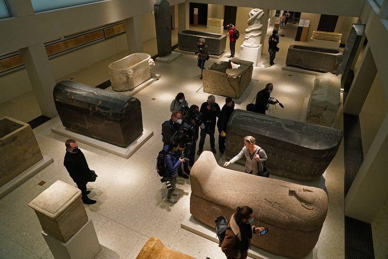 De directeur van het Egyptisch Museum in Berlijn neemt de schade op.  Beeld Getty Images