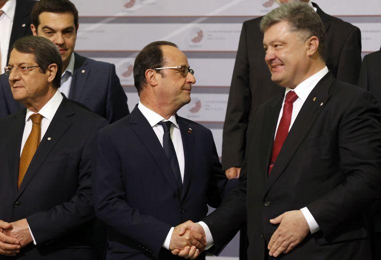 Franse president Francois Hollande schudt de hand van Oekraïense president Petro Poroshenko. Beeld ap