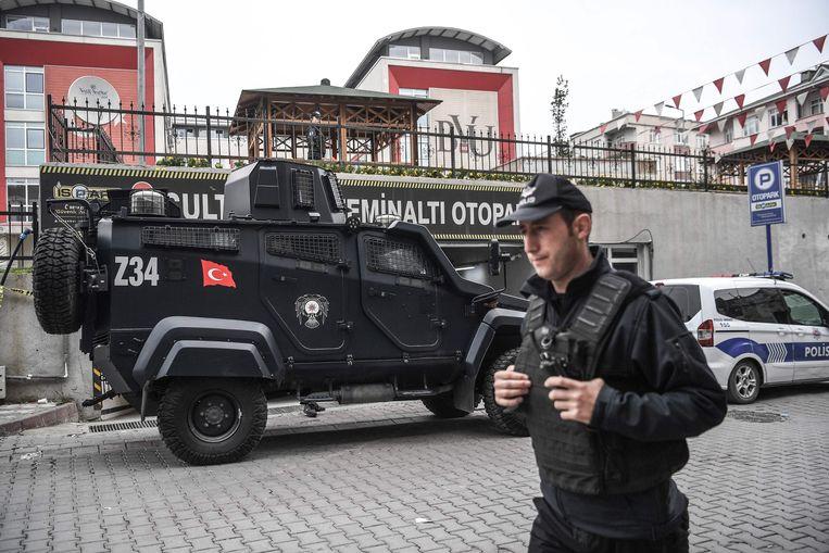 De Turkse politie bewaakt een garage in Istanbul waar een auto van het consulaat is gevonden. Het is nog onduidelijk of de auto werd gebruikt bij het vervoeren van het lichaam van de omgebrachte Khashoggi.  Beeld AFP