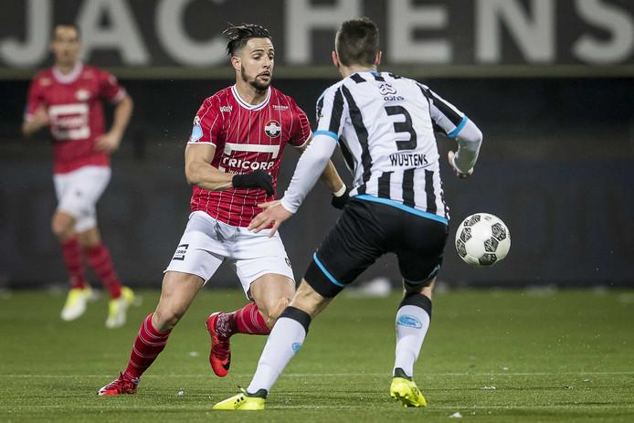 Dries Wuytens (nr 3) belet Willem II-spits Fran Sol de doorgang.