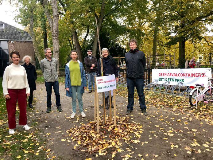 Omwonenden van het Zocherpark bij de boom als protest tegen de containers.