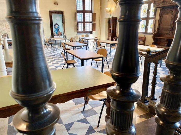 De troonzaal, een wachtzaal die aangrenst aan de correctionele zittingszaal.