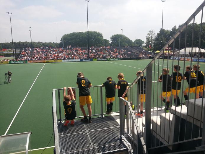 Spelers van HC Den Bosch vinden goed uitzicht op het veld