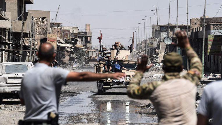 Gevluchte inwoners van Mosul arriveren op een terrein buiten de stad. Beeld afp