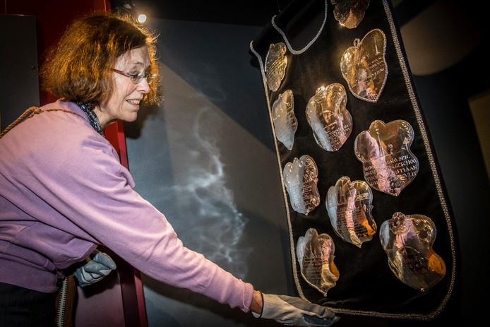 Cconservator Johanna Jacobs richt samen met anderen de grote zilverexpositie in die zaterdag 20 mei wordt geopend. Foto Tonny Presser / Pix4Profs