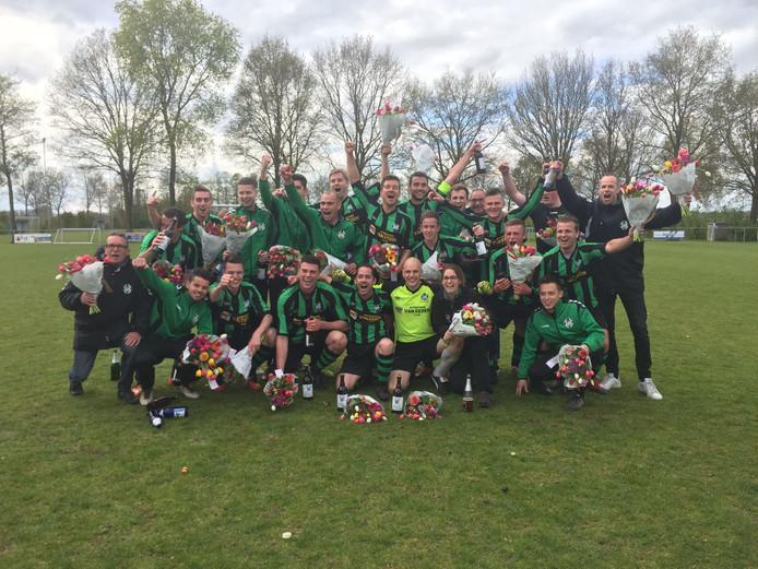 Ad Vloet (geheel links met bos bloemen en bril) krijgt na 37 jaar leiderschap bij Hapse Boys een afscheidswedstrijd.