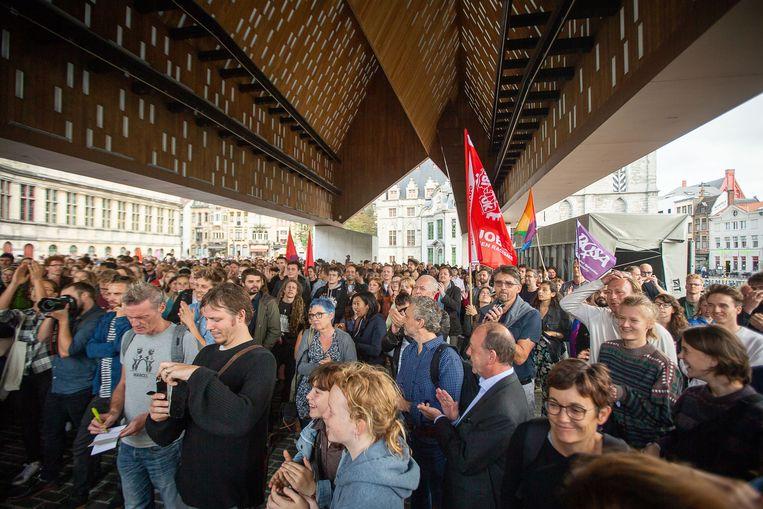 De betogers verzamelden onder de stadshal in Gent.