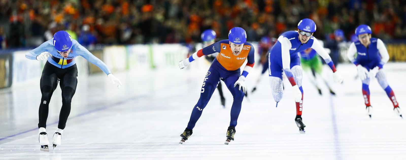 Swings duwt zijn schaats eerder dan Arjan Stroetinga over de meet.