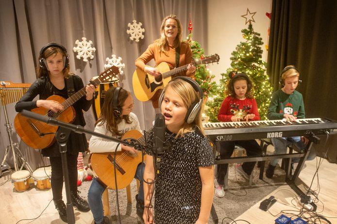 In haar lesruimte begeleidt Ieke Rovers tijdens de geluidsopnames van 'Kerst met jou' haar leerlingen Ine de Groot, Diri van Boxtel, Lise Rovers, Do van Boxtel en Syb Fleskens (vlnr) op gitaar.