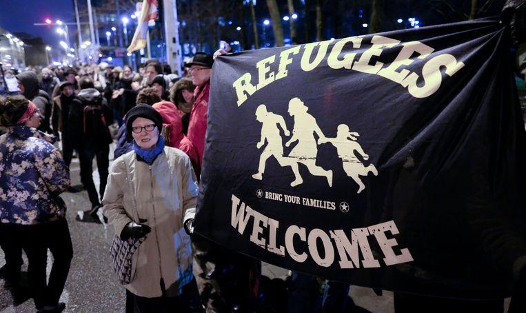 Sympathisanten van het Burgerplatform voor Steun aan Vluchtelingen hield op 21 januari een menselijke ketting aan het Noorstation en het Maximiliaanpark.