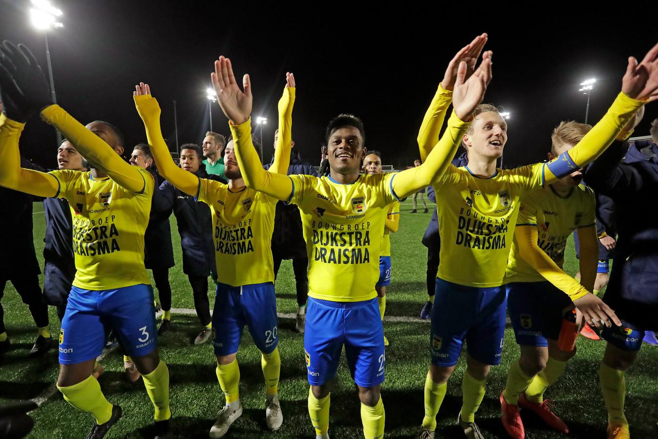 De spelers van Cambuur vieren de  0-3 overwinning bij Jong AZ in de voorlopig laatste wedstrijd die de club speelde.