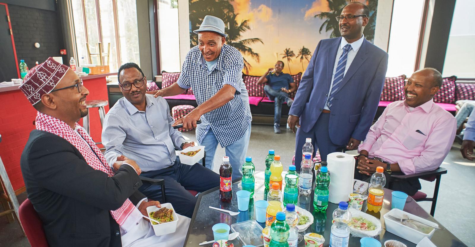 Een gemengd gezelschap van twee groepen somaliërs uit Schijndel en Veghel vieren samen het offerfeest in het ontmoetingscentrum te Veghel.