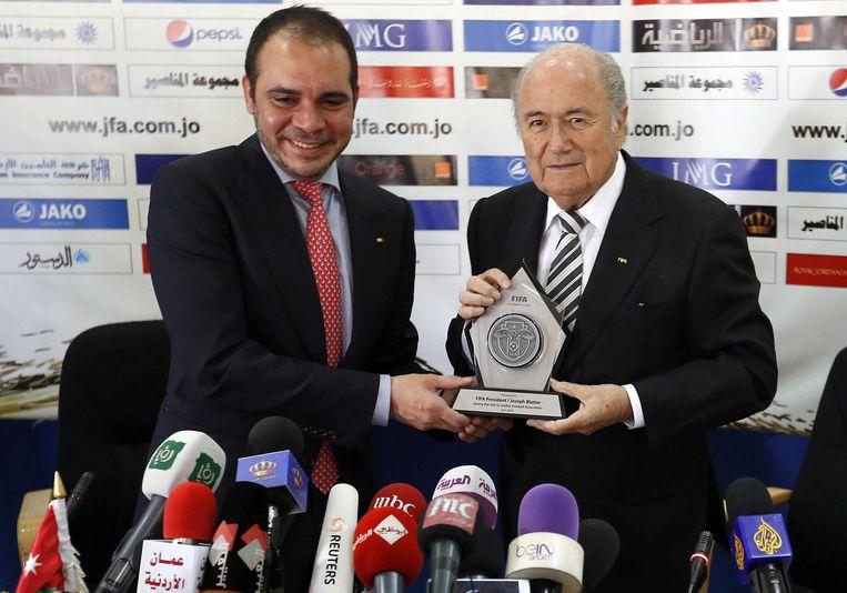 De Jordaanse prins Ali Bin Al-Hussein en de huidige FIFA-baas Sepp Blatter in 2014. Beeld ANP
