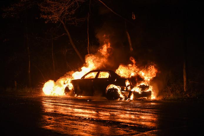 Brandende auto, foto ter illustratie