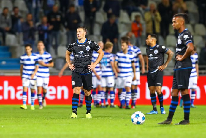 Treurende spelers van FC Den Bosch met van links naar rechts Steven van der Heijden, Dwayne Green en Ryan Trotman. Op de achtergrond vieren de spelers van De Graafschap een van hun vier doelpunten.