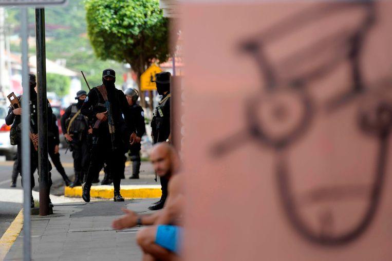 Oproerpolitie in actie tijdens protesten tegen het regime van Ortega. Beeld AFP