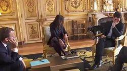 Hond van Macron plast tegen open haard tijdens meeting
