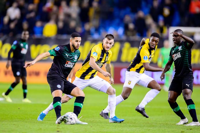 Matus Bero in het duel met FC Groningen. Op de achtergrond Riechedly Bazoer.