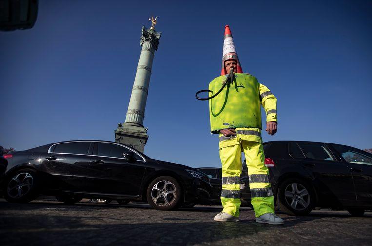 Een man gekleed als benzinepomp. Beeld EPA