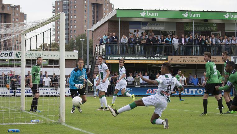 Danny Hoesen geeft het beslissende tikje. Capelle verliest de wedstrijd uiteindelijk met 4-0. Beeld VI IMAGES / SportphotoAgency.com/ Erwin Otten