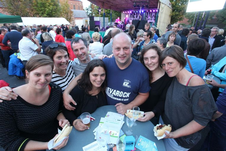 Pieter Lagae en zijn vrouw Vanessa Wallecan omringd door personeelsleden van UZ Gent.