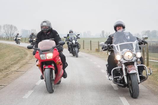 Motorrijders op Lekdijk tussen Lopik en Schoonhoven. In de lente en de zomer zijn ze hier niet welkom.