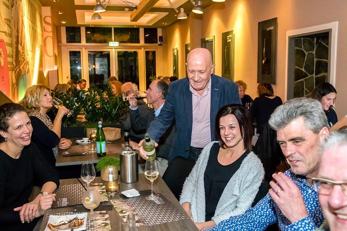 Restaurant Adriatico in Roosendaal : eigenaar Rki Jovanovic temidden van zijn gasten, schenkt nog eens bij … Foto: Tonny Presser/Pix4Profs