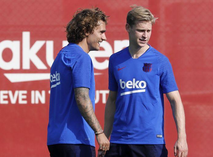 Frenkie de Jong met een andere nieuwkomer, Antoine Griezmann, op het trainingsveld.