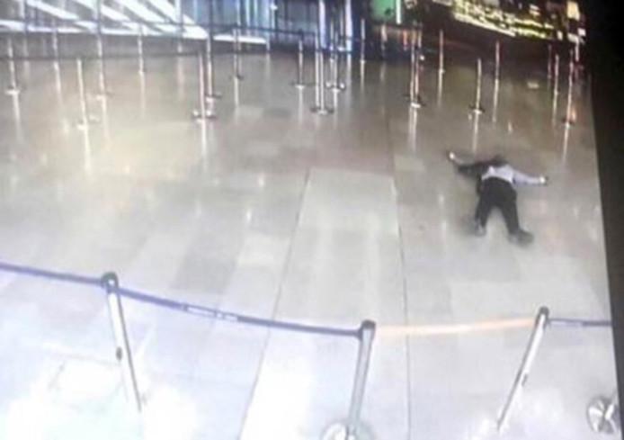 Een foto van een beeldscherm waarop de neergeschoten belager in de hal van vliegveld Orly is te zien.