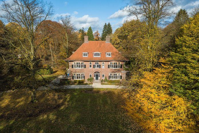 De nieuwe invulling liet lang op zich wachten, het was een moeilijke opgave: de villa uit 1918, de tuin en een theehuisje zijn drie losse Rijksmonumenten
