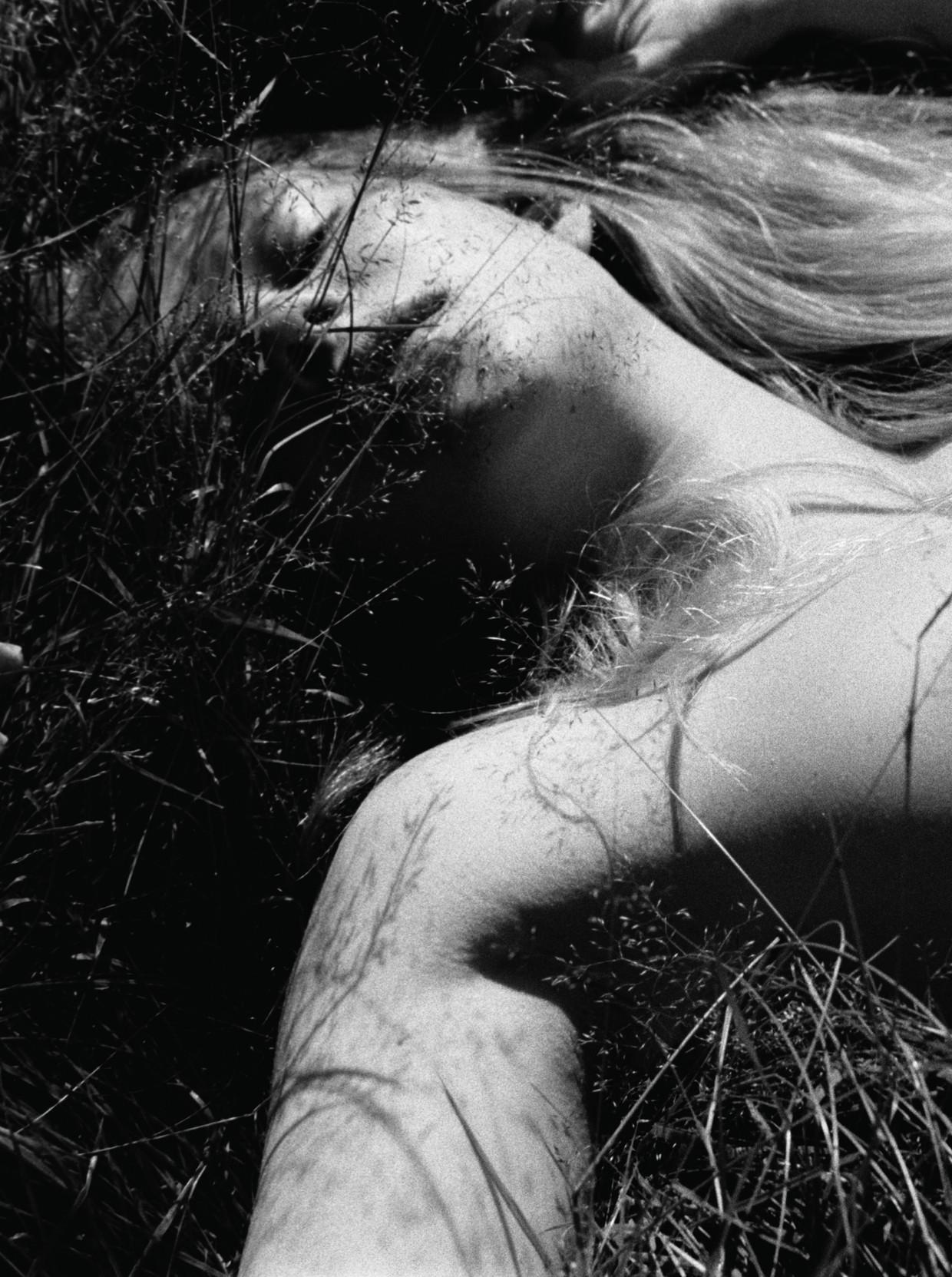 Paul Bellaart fotografeerde zijn modellen naakt in het gras in de polder Rondehoep, in de buurt van zijn huis in Abcoude. Beeld Paul Bellaart