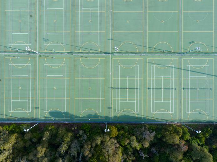 De tennisbanen zijn al weken leeg.
