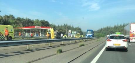 A28 naar Zwolle tot 15.00 uur dicht na kantelen vrachtwagen met warm asfalt