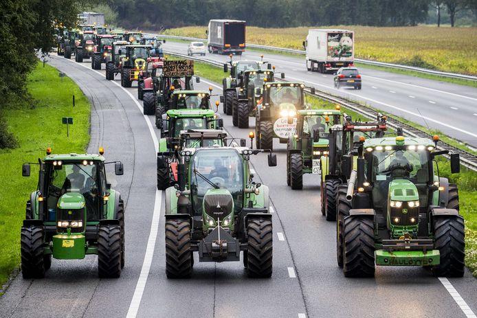 Eerder blokkeerden Drentse boeren met hun trekkers de snelweg A28 tussen Hoogeveen en Meppel.