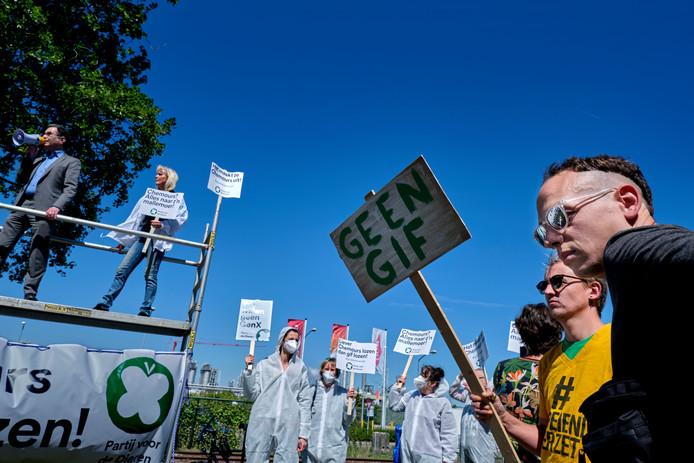 Protest van de Partij voor de Dieren bij de fabriek van Chemours tegen lozen van GenX.