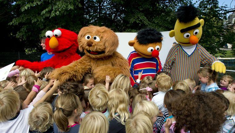 Arjan Smit, Elmo, Tommie, Bert en Ernie vieren het 35-jarige bestaan van de Nederlandse Sesamstraat in 2011. Beeld anp
