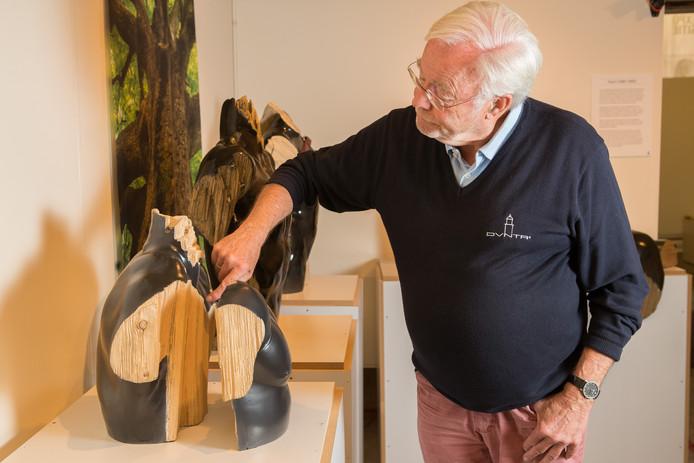 Rob de Vries van Kunst Aan Z laat zien hoe een keramieken beeld van Pablo Ruerda Lara verbluffend veel op hout lijkt.