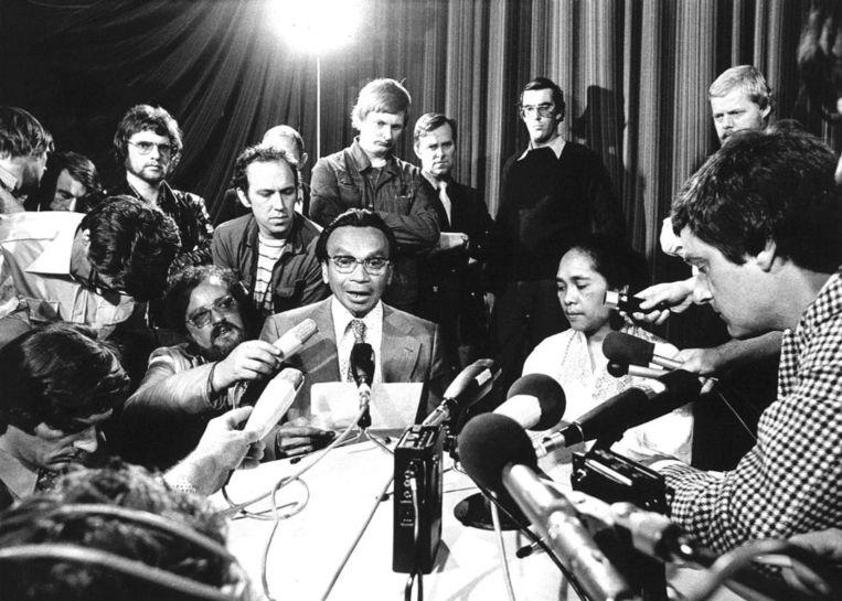 De Zuidmolukse onderhandelaars Tan en Soumokil tijdens een persconferentie nadat de kaping was beëindigd. Beeld anp