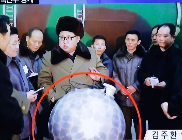 Kim Jong-un met het miniatuurkernwapen Beeld AP