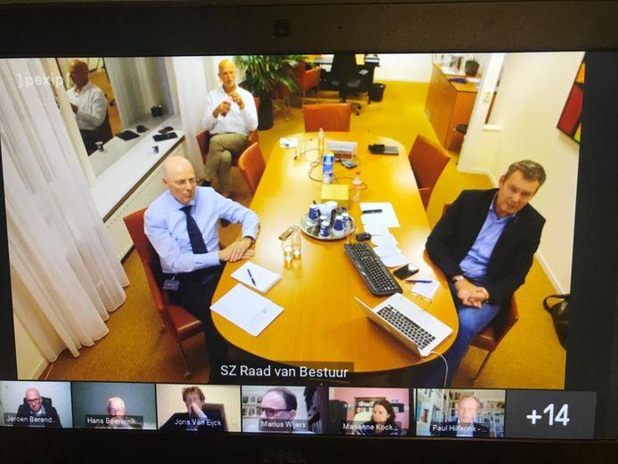 Erwin Bomers (bestuurder van Santiz) en Ton Engelenburg (voorzitter van de bouwgroep van het nieuwe Slingeland) tijdens de videovergadering over de Achterhoekse ziekenhuizen.