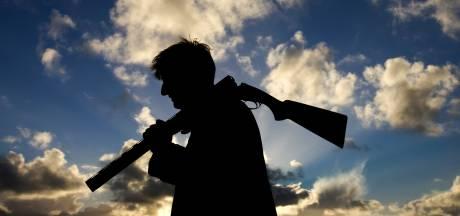 Tubbergenaar gelooft ogen niet; groep jagers gezellig samen op hazenjacht in coronatijd
