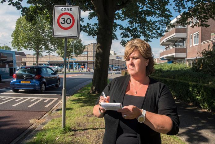 Floriana van Noort noteert al een tijdlang de nummerborden en types van auto's die over de Selhorstweg voorbijscheuren.