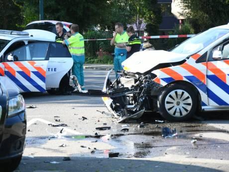 Politieauto in de kreukels na aanrijding met personenwagen in Woerden