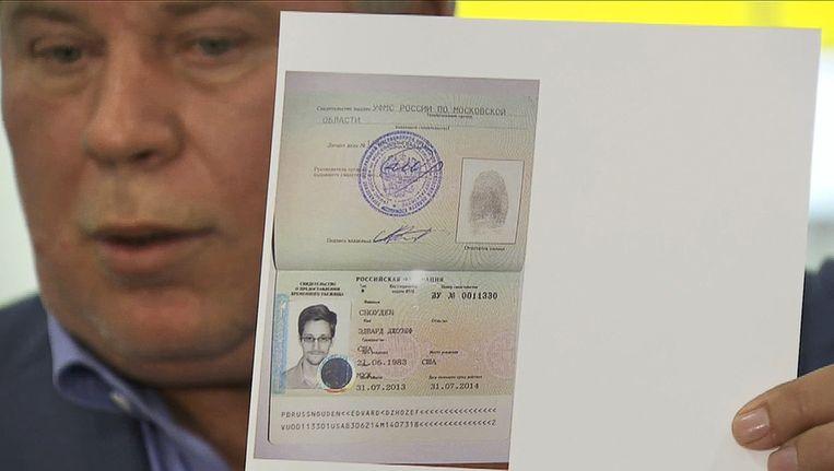 Russische advocaat toont immigratiepapieren Snowden aan de pers. Beeld ap
