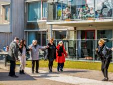 Ouderen vergeten even eenzaamheid: meedansen op Hollandse klassiekers