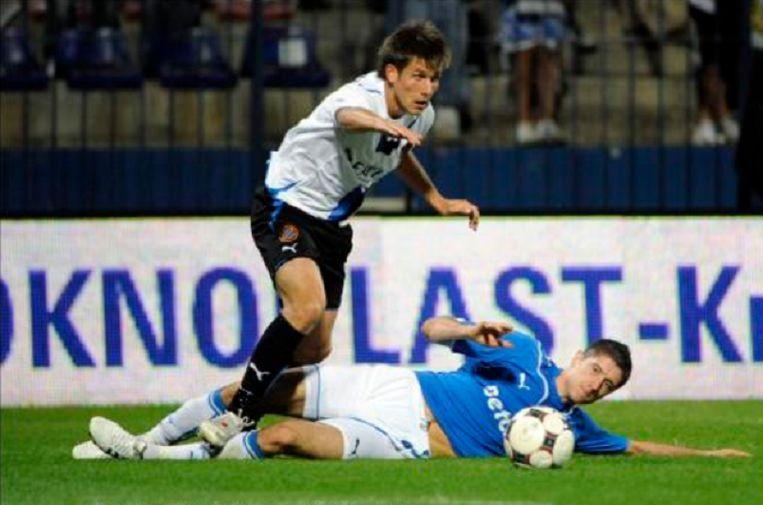 Klukowski (links) is een jonge Lewandowski(nu Bayern) te snel af.