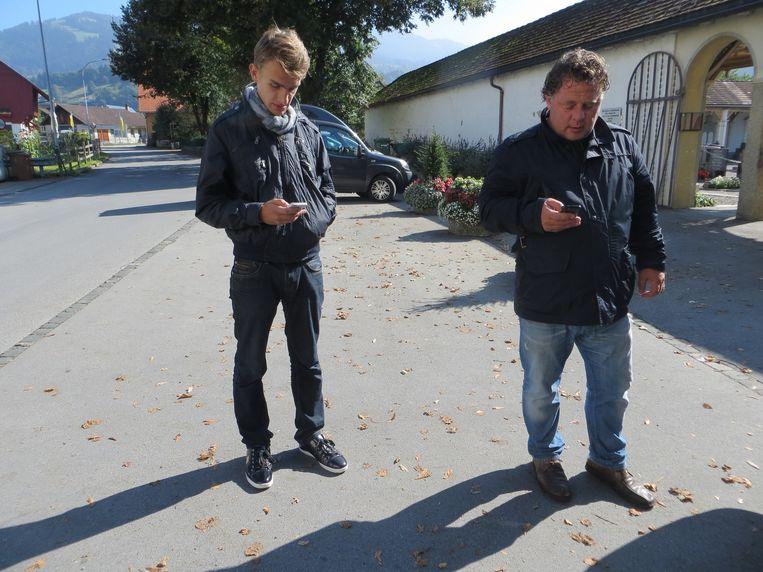 Vader en zoon, Rik en Ronald Nijman, buiten de begraafplaats in Dornbirn. Beeld Anneke Stoffelen